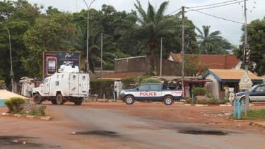 Un véhicule des Nations Unies et un autre de la police à Bangui en octobre 2014.