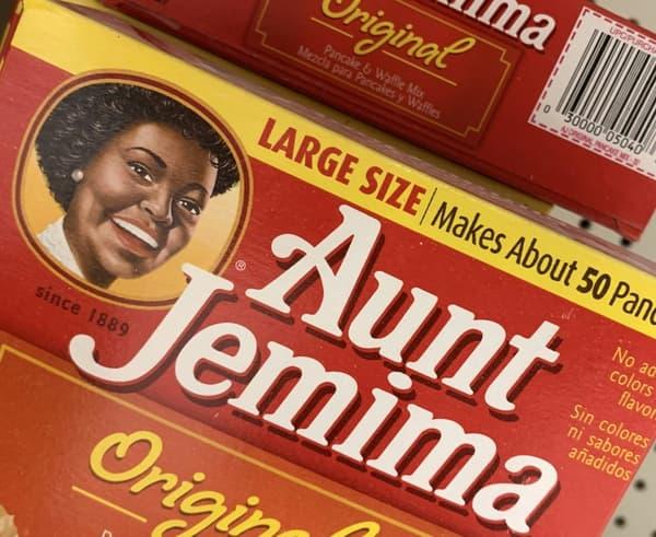 Des boîtes de mélange pour pancakes de la marque Aunt Jemima dans un supermarché de Washington DC. La marque, trop stéréotypée va disparaîte