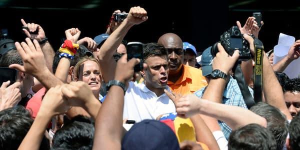 Leopoldo Lopez entouré de supporters, le 12 février, à Caracas.