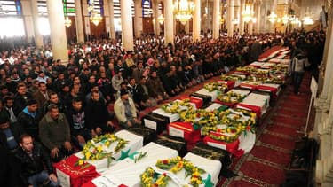 Recueillement à la mosquée des Omeyyades, devant les cercueils de victimes des attentats de vendredi à Damas. Des milliers de Syriens ont défilé en marge de ces obsèques et brandi des portraits du président Bachar al Assad, dont le régime est contesté dep