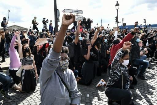 Des manifestants s'agenouillent lors d'un rassemblement près de la place de la Concorde et de l'ambassade américaine, le 6 juin 2020 à Paris, pour dénoncer les violences policières