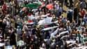 Des partisans de Mohamed Morsi réunis place Tahrir, au Caire. Les militaires au pouvoir en Egypte étaient en alerte dimanche avant la proclamation du vainqueur du second tour de l'élection présidentielle du week-end dernier. La commission électorale doit