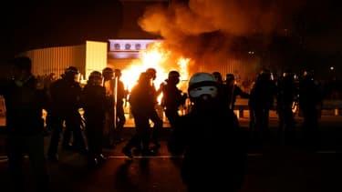 """Heurts entre policiers et manifestants lors d'une manifestation contre le projet de loi """"sécurité globale"""", le 28 novembre 2020 à Paris"""
