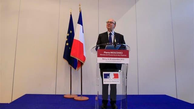 Conférence de presse à Paris du ministre de l'Economie Pierre Moscovici au lendemain de l'abaissement de la note de la France par Moody's. Selon des économistes, cette dégradation prive le gouvernement de marge de manoeuvre dans sa politique de redresseme