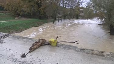 Une voiture qui traversait un pont sur la Droude dans le Gard a été emportée par les eaux. Une mère et ses deux enfants sont morts.