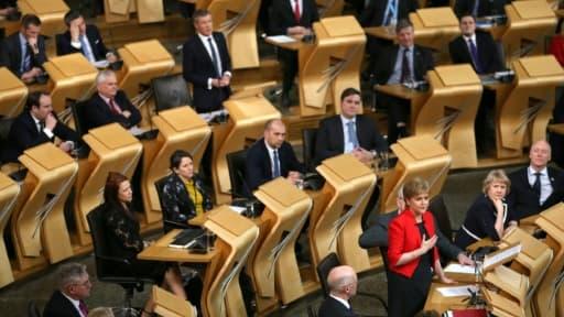 La Première ministre Nicola Sturgeon s'adresse au parlement régional écossais, le 21 mars 2017 à Edimbourg
