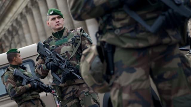 Des militaires de l'opération Sentinelle, à Paris, le 30 décembre 2015.