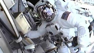 Andrew Feustel (photo) et Gregory Chamittof, deux astronautes de la navette américaine Endeavour, ont entamé vendredi une sortie dans l'espace autour de la Station spatiale internationale (ISS). /Image du 20 mai 2011/REUTERS/NASA TV