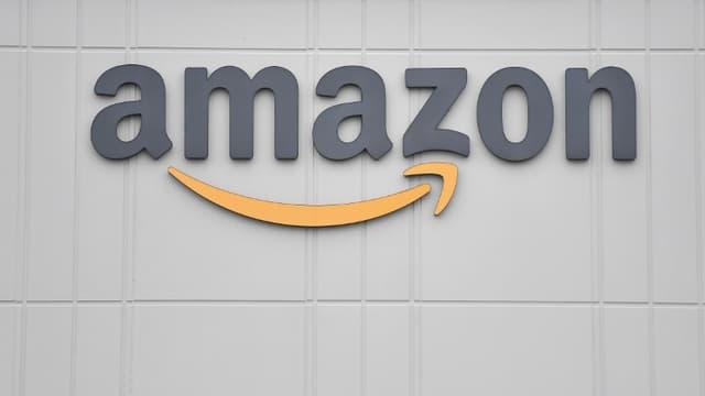 Le logo du géant américain de la distribution Amazon, le 30 mars 2020 dans un centre à Staten Island à New York