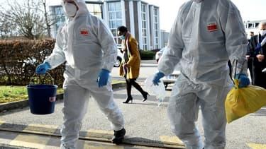 Une équipe de pompiers de Marseille, en mission à Metz pour analyser les eaux usées d'une maison de retraite de cette ville de Moselle, à la recherche de traces du coronavirus, le 15 février 2021