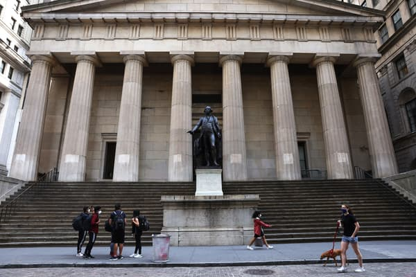 Le Federal Hall de New York aujourd'hui, avec une statue de George Washington.