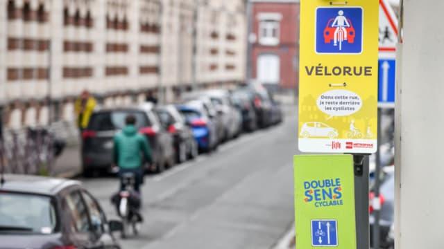 """""""Dans cette rue, je reste derrière le cycliste"""", précise l'affiche de la première """"vélorue"""" lilloise."""