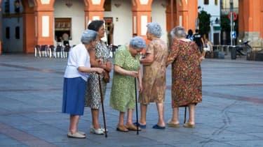 Des retraitées sur la place principale de Cordoue, en Espagne.
