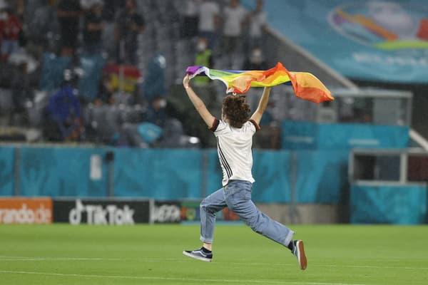 Un activiste avec un drapeau arc-en-ciel lors des hymnes du match Allemagne-Hongrie, à Munichc le 23 juin 2021