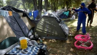 Un agent désinfecte un camp improvisé de migrants vénézuéliens à Bogota, le 9 juin 2020