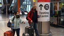 A l'aéroport d'Heathrow, à Londres, le 9 février 2021, une pancarte indique l'endroit où l'on peut se faire tester.