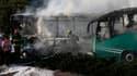 """Les pompiers éteignent un bus en feu après une explosion à Jérusalem, lundi 18 avril 2016. La police a indiqué qu'il y avait eu """"une attaque"""" sans fournir de plus amples détails."""