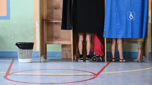Des isoloirs à Lyon, lors des élections départementales et régionales dimanche 20 juin 2021