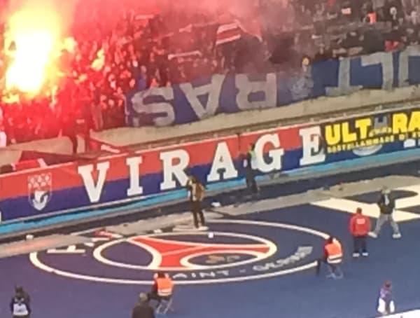 Le bâche des ultras marseillais affichée par les supporters du PSG