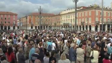 Entre 800 et 1000 personnes ont apporté leur soutien au bijoutier niçois.