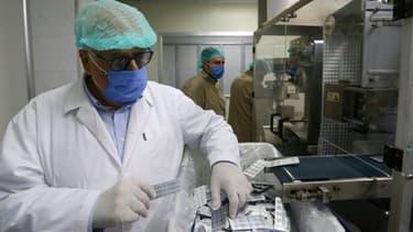 Le directeur d'un laboratoire pharmaceutique syrien fait l'inventaire de ses stocks d'hydroxychloroquine (illustration)