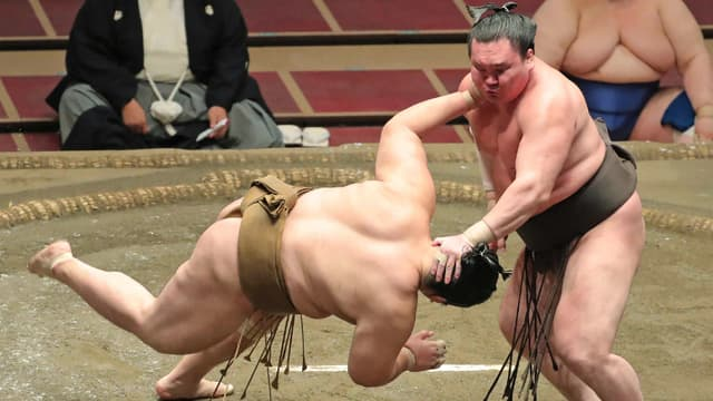 Un combat de sumo entre Yokozuna et Kagayaki le 26 juillet 2020