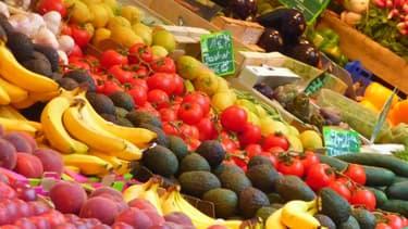 Un étal de fruits et de légumes au marché (illustration)