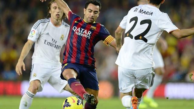 Xavi (Barça) face à Luka Modric et Angel Di Maria (Real Madrid)