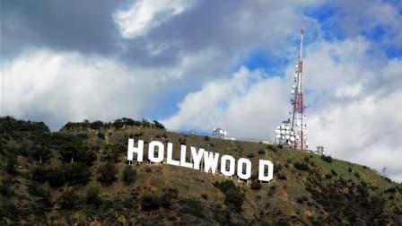 """Le fondateur de Playboy, Hugh Hefner, a fait don des 900.000 dollars nécessaires pour pouvoir acheter du terrain autour de l'inscription géante """"Hollywood"""", qui domine la capitale mondiale du cinéma. /Photo d'archives/REUTERS/Fred Prouser"""