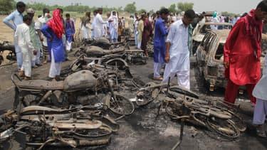 L'essence répandue par un camion s'est embrasée sur cette route u Pakistan.