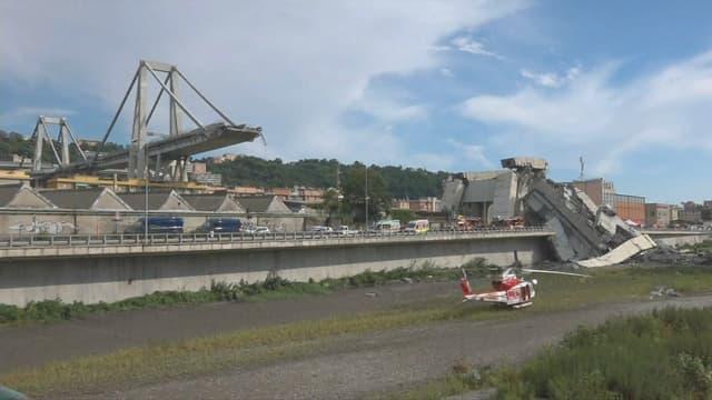 Le pont s'est effondré sur plusieurs dizaines de mètres.
