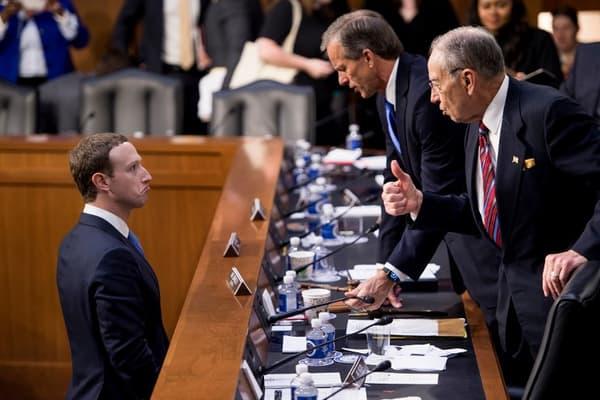 Mark Zuckerberg questionné par les sénateurs américains en 2018.