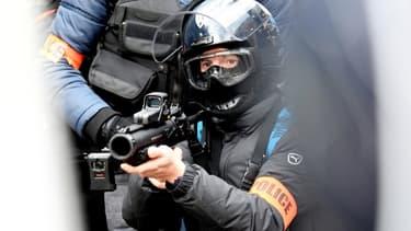 Un policier équipé d'un Lanceur de balles de défense (LBD) lors d'une manifestation contre la réforme des retraites à Paris, le 11 janvier 2020