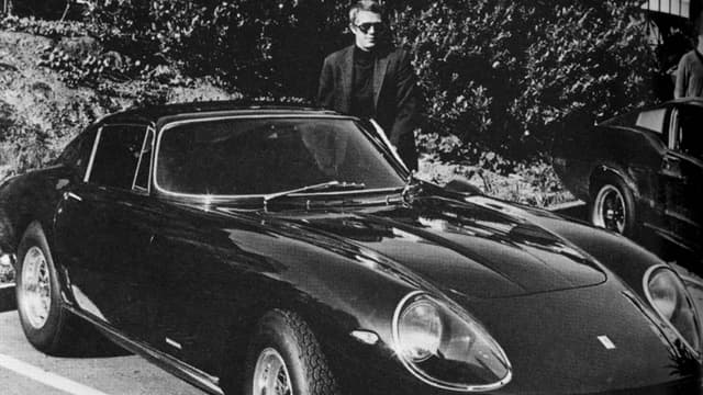Steve McQueen posant avec sa Ferrari 275 GTB