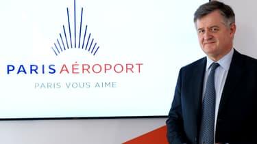 Le PDG d'Aéroports de Paris, Augustin de Romanet, présente le nouveau logo du groupe, le 14 avril 2016.