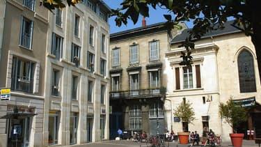 Un ensemble d'immeubles anciens rénovés sur la place Camille Julian à Bordeaux.