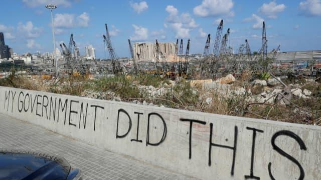 Vue du port de Beyrouth détruit par l'explosion de mardi avec le graffiti « Mon gouvernement a fait ça » sur le mur d'un pont, le 9 août 2020