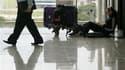 Aéorport de Hong Kong, ce matin. Le ministère des Affaires étrangères fait état de 85.000 Français bloqués à l'étranger en raison de la paralysie du trafic aérien engendrée par le nuage de cendres volcaniques islandais. /Photo prise le 20 avril 2010/REUTE