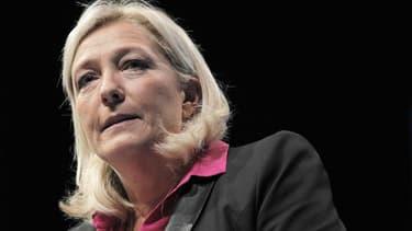 """Marine Le Pen a relancé mardi à la faveur de la crise de l'UMP le Rassemblement bleu marine (RBM), destiné à attirer des """"patriotes"""" de droite comme de gauche effarouchés par le Front national, mais pas par sa dirigeante. /Photo prise le 23 septembre 2012"""