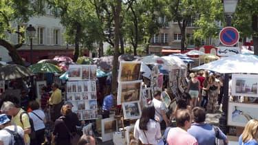 Peintres et touristes sur la place du Tertre à Paris, le 12 juillet 2013.