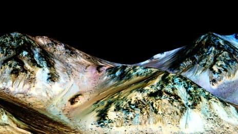 Image fournie par la NASA le 27 septembre 2015, montrant des trainées pouvant avoir été formées par de l'eau coulant sur Mars