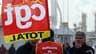 Travailleurs de la raffinerie Total de Donges, fin février près de Nantes. Les syndicats CGT de la branche pétrole appellent à une grève de 24 heures dans toutes les raffineries françaises le 15 avril dans le cadre du conflit avec Total sur l'avenir du ra