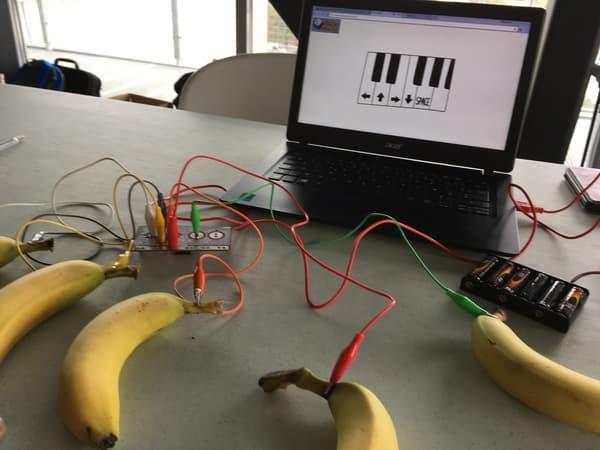Connecter des bananes à son ordinateur.