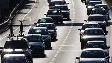 Les départs en vacances ont provoqué des centaines de kilomètres de bouchons et ralentissements sur les routes françaises. /Photo d'archives/REUTERS/Régis Duvignau