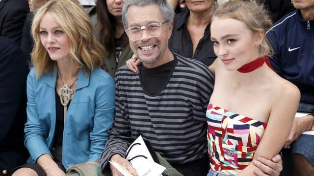Vanessa Paradis et sa fille Lily Rose prennent la pose avec le photographe Jean-Paul Goude au défilé Chanel