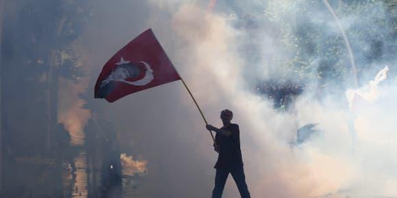 Un manifestant brandissant un drapeau turc.