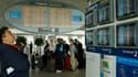 A l'aéroport de Roissy, vendredi matin. Le trafic aérien sera encore très perturbé ce samedi en France, où 26 aéroports, dont les trois de la région parisienne et celui de Lyon, seront fermés à cause du nuage de cendres volcaniques venu d'Islande. /Photo
