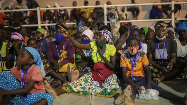 Des personnes, qui ont fui la ville de Palma, regroupées dans un centre d'aide à Pemba, le 2 avril 2021 au Mozambique