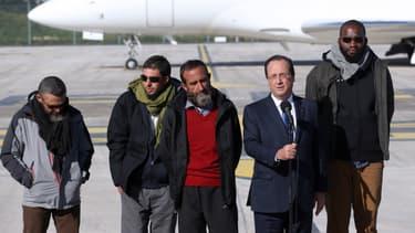 Les quatre otages français enlevés au Sahel à leur arrivée en France après leur libération, le 30 octobre 2013.