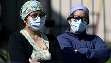 Des soignants rndent hommage à une infirmière, Grover Licona, morte du Covid-19, devant l'hôpital Carlos G. Durand à Buenos Aires, le 18 août 2020